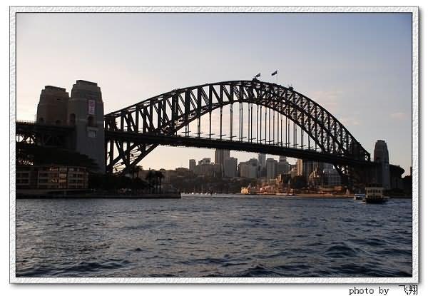 著名的海港大桥。 澳大利亚悉尼的杰克逊海港,有一座号称世界第一单孔拱桥的宏伟大桥,这就是著名的悉尼海港大桥。悉尼海港大桥是早期悉尼的代表建筑,它像一道横贯海湾的长虹,巍峨俊秀,气势磅礴,与举世闻名的悉尼歌剧院隔海相望,成为悉尼的象征之一。 悉尼海港大桥,从怀胎到出世,前后花费100多年。在经过了40多年的酝酿之后,1857年,悉尼工程师彼得翰德逊绘成了第一张设计图,其后经过反复修改,到1923年才根据督建铁路桥的总工程师卜莱费博士的蓝图进行招标,由英国一家工程公司中标承建。1924 年悉尼海港大桥